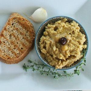 hummus mit brot und olivenol
